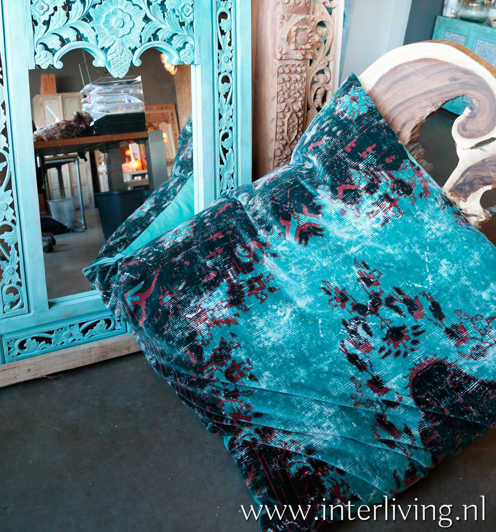 Ibiza aqua blauw vintage kelim kussen - uniek blauw woonaccessoire - lounge velvet fluweel zacht groot zitkussen