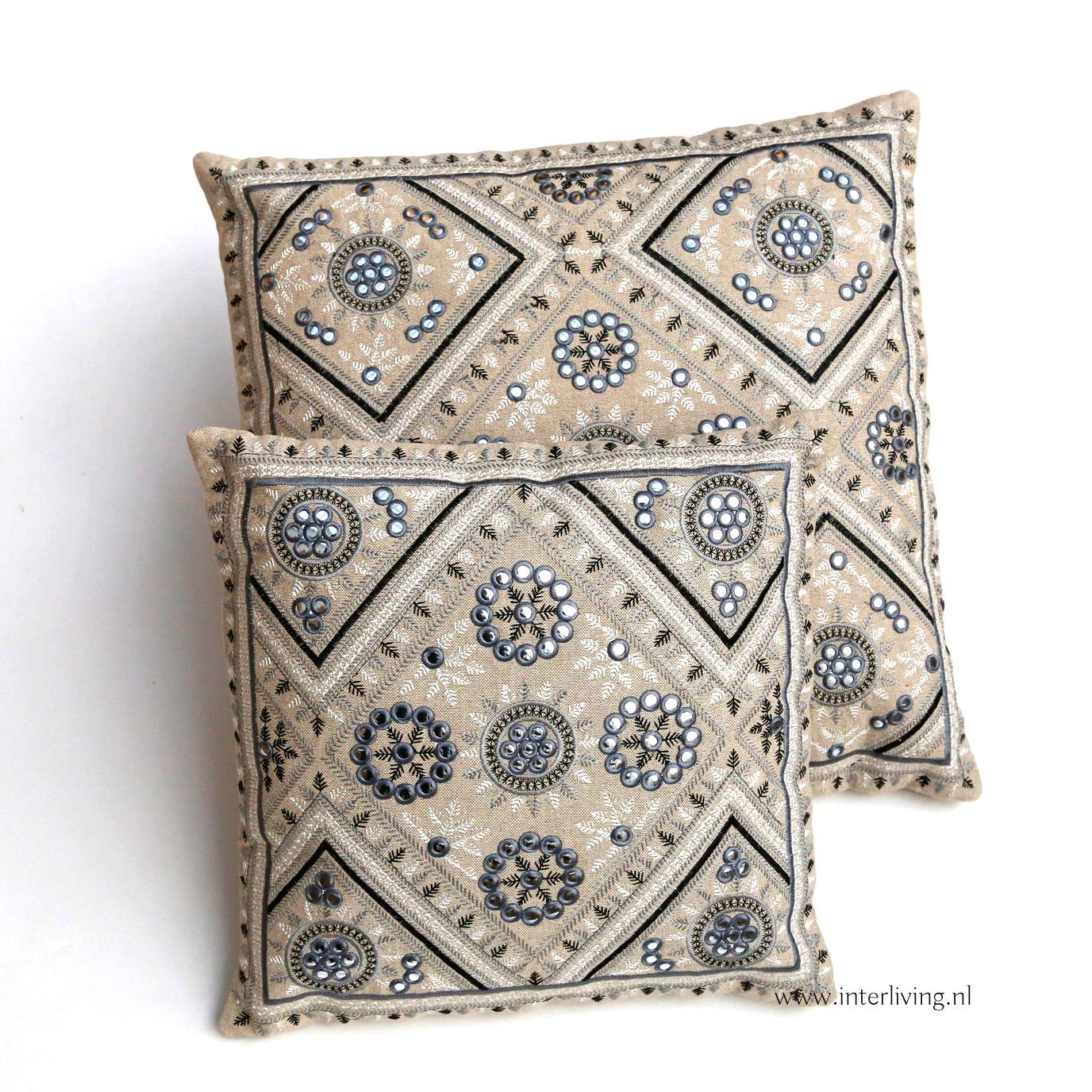 kussen met zilverkleurige bloemen en grafische patronen - kleur ecru - zand en grijs- styling Boho Ibiza huis