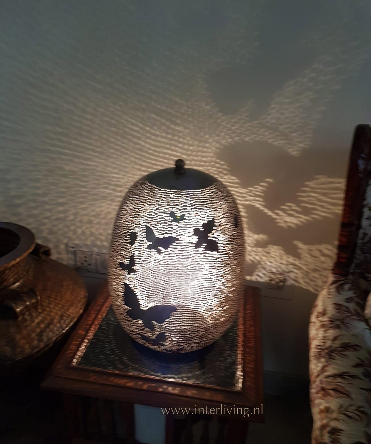 oosterse tafellamp met vlinder patronen - gaatjes lamp zilver metaal