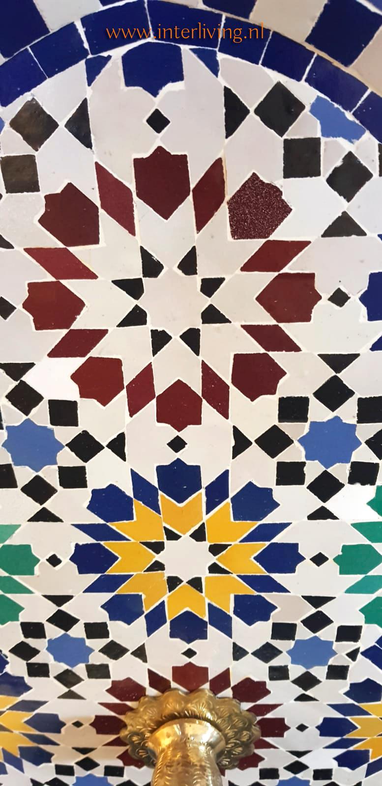 make-over tuin en terras met Marokkaanse mozaïektegels - DIY montage verrijdbare fontein