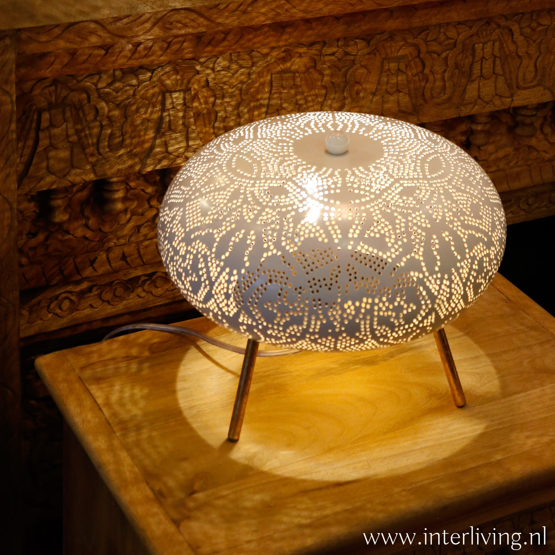 ronde tafellamp van wit metaal met oosterse gaatjespatronen - moderne Marokkaanse sfeerlamp van oosterse filigrain