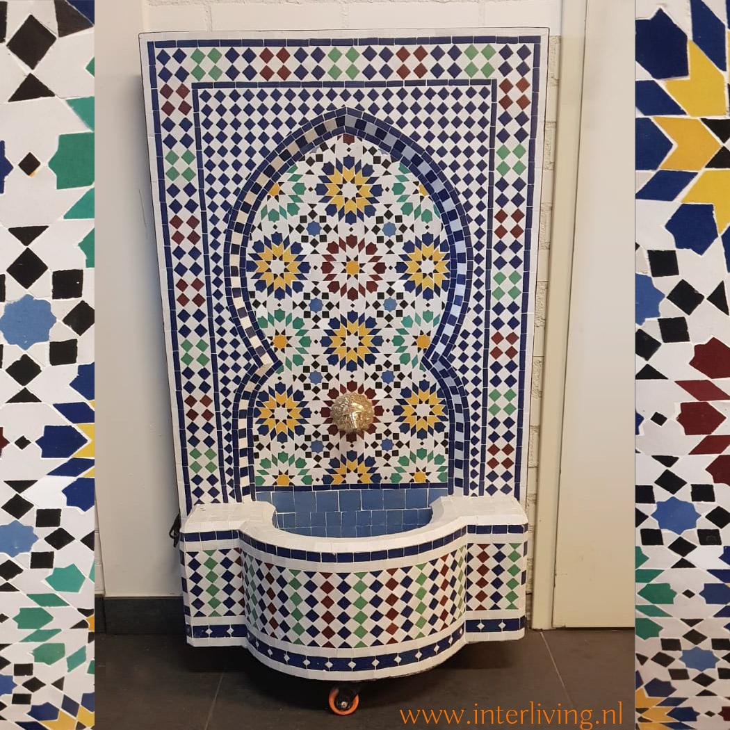 styling patio in huis met muurfontein - make-over kleurrijke Marokkaanse tegel mozaiek stijl met zellige patronen