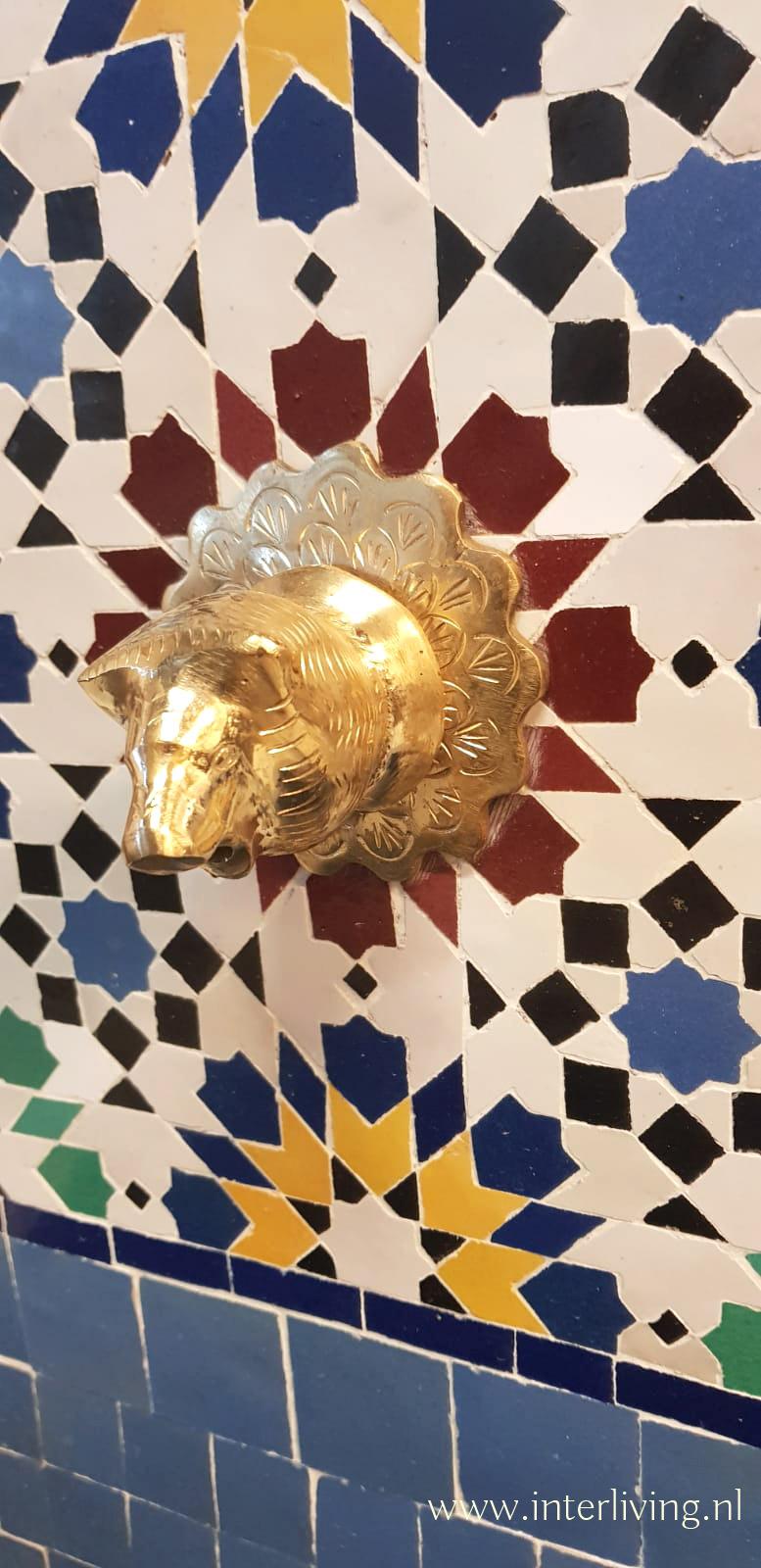 berberleeuw / atlasleeuw / Barbarijse leeuw van messing - kraan van fontein bij Marokkaanse tegel mozaiek stijl met zellige patronen