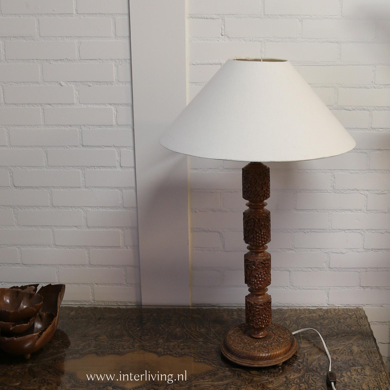 landelijke tafellamp hout - boho stijl -bruin walnotenhout met houtsnijwerk - styling voor Ibiza huis