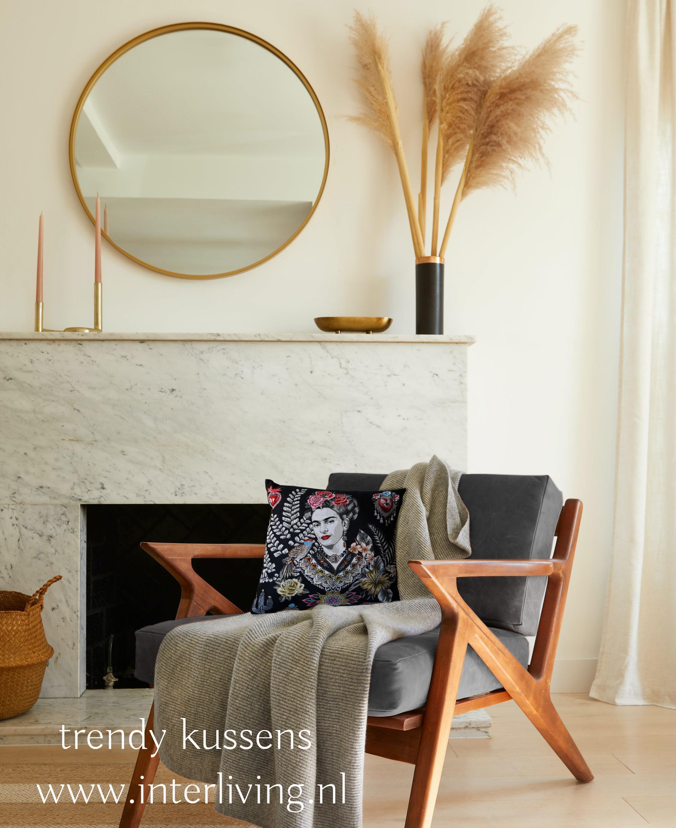 Handgemaakt sierkussen zwart wit grijs velvet - nordic scandi bo met Frida afbeelding