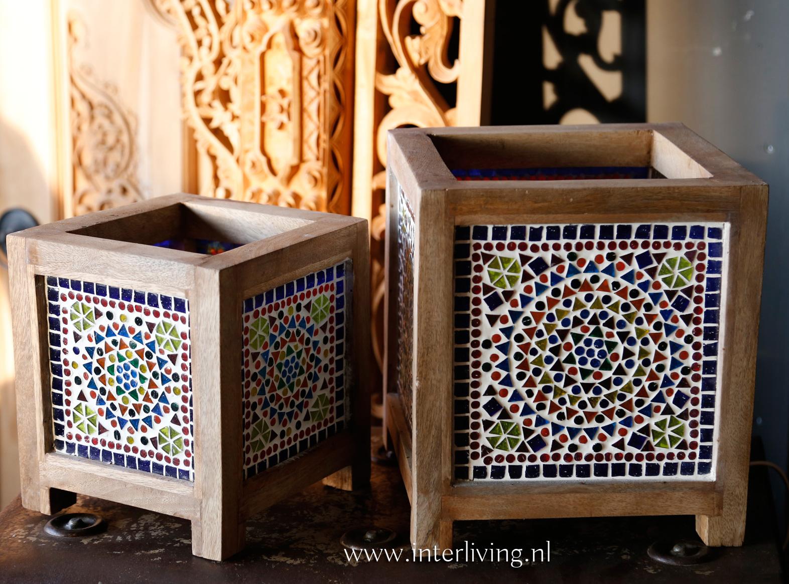 tafellampje vierkant - boho stijl - gekleurde glas patronen met naturel hout - styling voor Ibiza huis