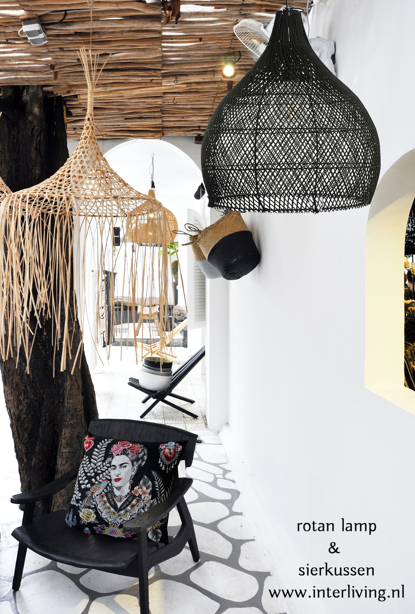 Zwart gevlochten rotan hanglamp - Ibiza hippie styling - rotanpalm