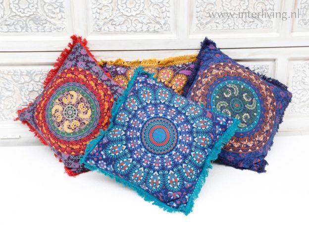 kleurrijke oosterse kussens