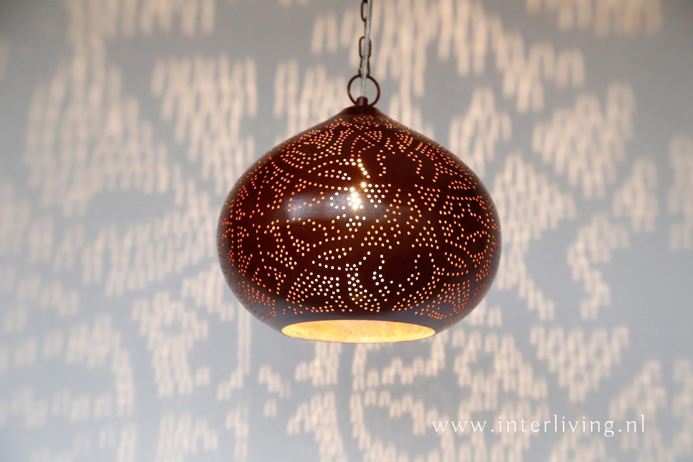 Lampen Oosterse Stijl : Bruine hanglamp met oosterse stijl en gaatjespatroon roest look